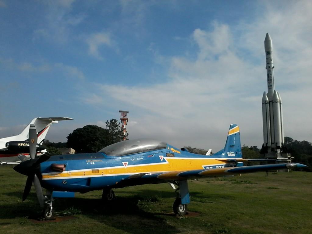 Memorial Aeroespacial Brasileiro (MAB): em destaque um avião super tucano e ao fundo uma réplica do Veículo Lançador de Satélites (VLS). Foto: ViniRoger