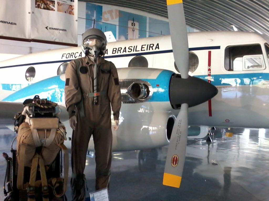 Pavilhão do MAB (Museu Aeroespacial Brasileiro), com avião Bandeirante, traje de piloto e assento ejetável