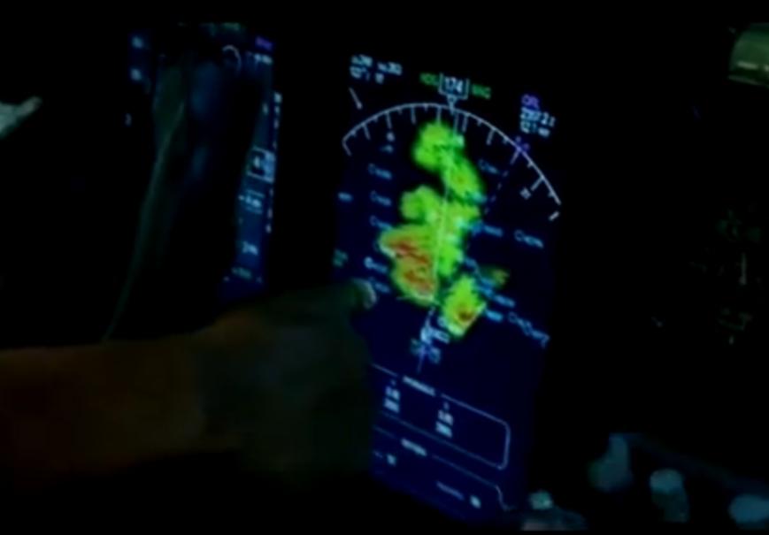 """Tela de radar (filme """"O voo"""") - regiões vermelha possuem chuva forte e turbulência severa e regiões verdes, chuva moderada (O avião passa entre as duas regiões vermelhas)"""