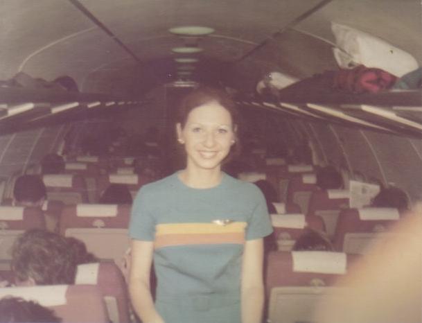 """Cms. Arlete trabalhando dentro de um BAC 1-11 - repare nos """"bagageiros"""" (fingers) abertos (um perigo no caso de turbulência!)"""