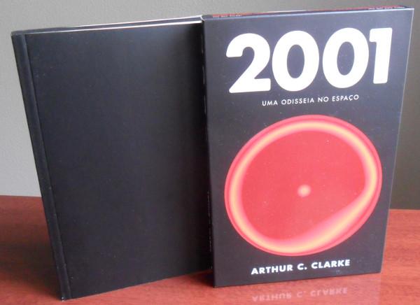 """Edição do Milênio do livro """"2001: uma odisséia no espaço"""" com capa e livro todo negro, em forma de monolito."""