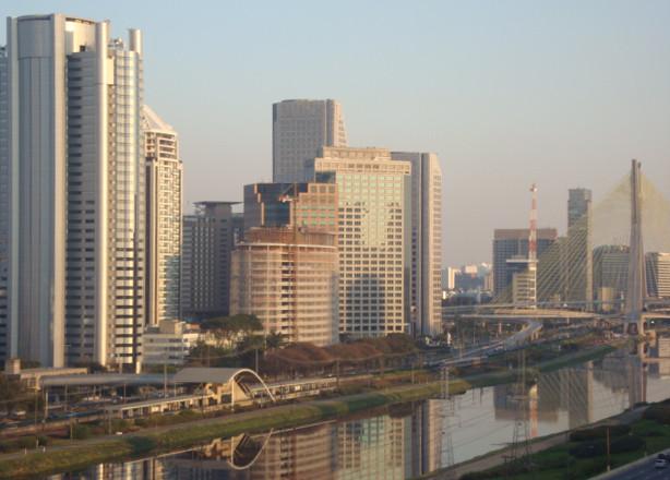 Prédios na Marginal Pinheiros (Av. Nações Unidas) e Ponte Estaiada, em São Paulo/SP. Foto: ViniRoger