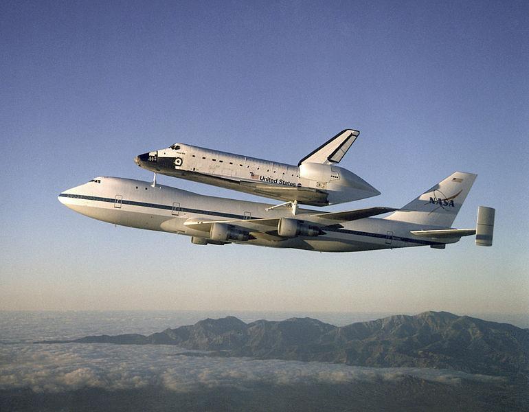 Jumbo da Nasa carregando o ônibus espacial Atlântis