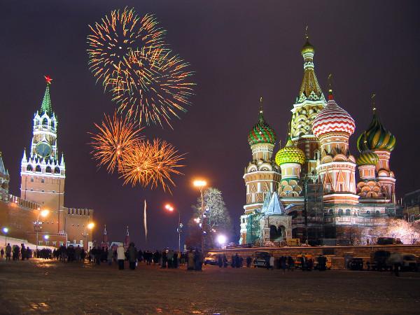 Praça vermelha, em Moscou: Catedral de São Basílio (direita) e Kremlin (esquerda), complexo fortificado encontrado nas cidades russas históricas, sendo que no da foto está a sede do governo da Rússia.