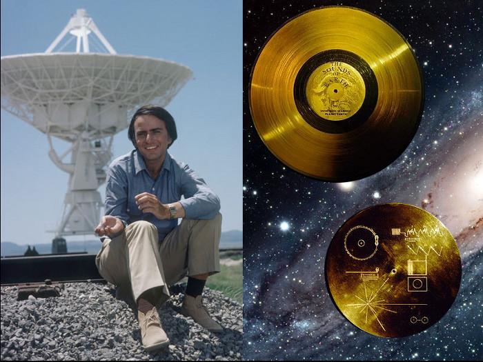 Carl Sagan no Very Large Array, um observatório de radioastronomia composto de 27 antenas (New Mexico, EUA; Crédito: Cosmos/Discovery) e disco de ouro da Voyager (frente e verso)