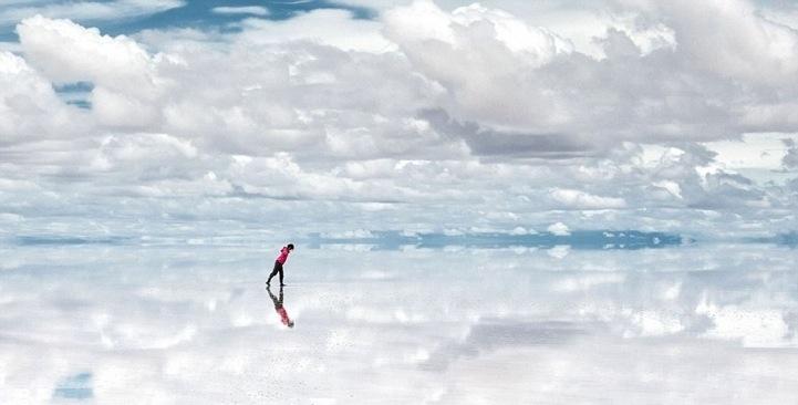 Salar de Uyuni, o maior deserto de sal do mundo, na Bolívia, a 3 mil metros de altitude. Quando chove, acumula-se uma camada de água sobre o sal que relfete o céu. Fonte: WDI (curiosidade: tem um hotel todo feito de sal, veja o site)