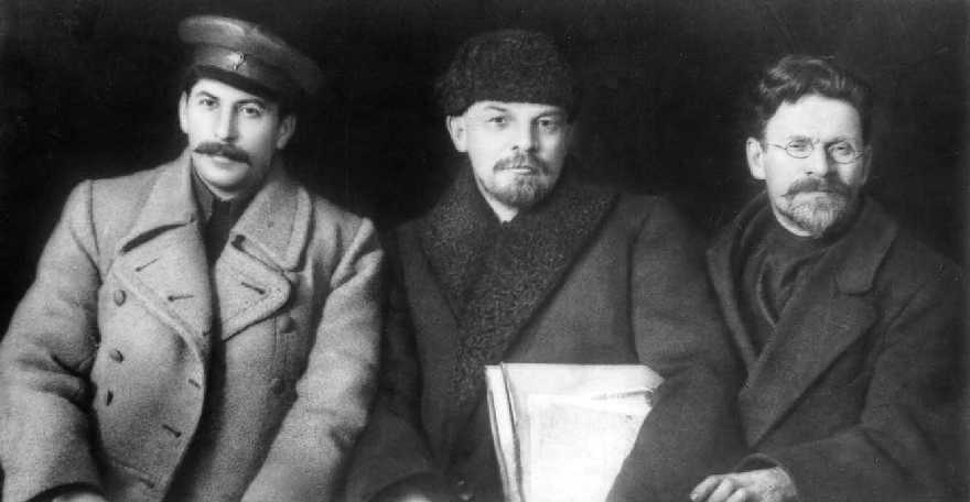 Da esquerda pra direita: Stálin, Lenin e Trotsky em 1919.