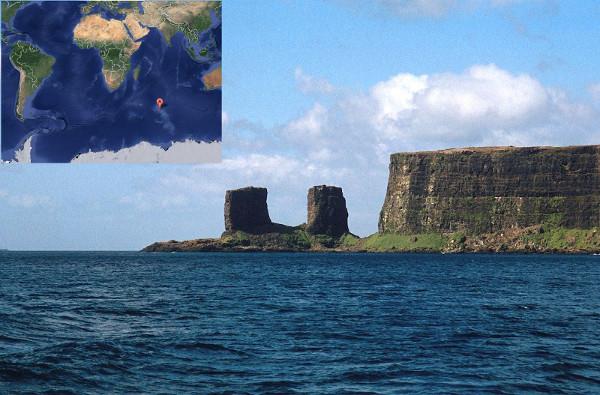 Foto de rochas e mapa com localização das Ilhas Kerguelen