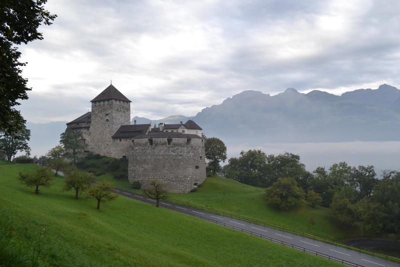 Castelo de Vaduz: originalmente era uma fortaleza medieval, com o passar dos anos foi sofrendo algumas modificaçõese e algumas alas foram adicionadas, mas nunca deixou de ser a residência oficial do Princípe.