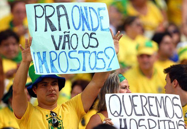 Cartazes de protestos durante jogo na Copa das Confederações: Uma boa pergunta com resposta que deveria ser clara e transparente em uma democracia. Fonte: Getty Images.