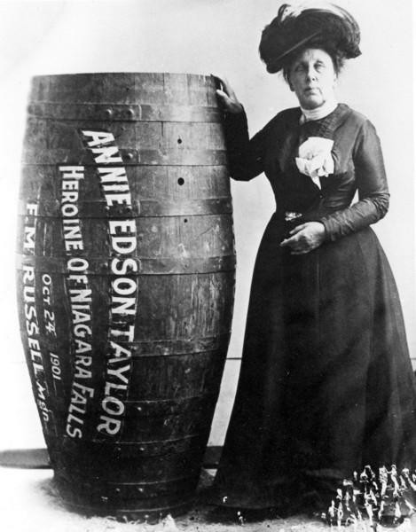 Annie Taylor e seu barril (primeira pessoa a descer as cataratas em um barril).