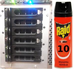 Foto de cinco slots de discos rígidos, em RAID 10 (slots 0+1 e 2+3) com o disco do slot 3 danificado (luz âmbar).