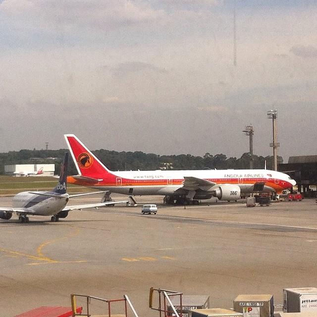 Aviões da TAAG (Angola Airlines) e Boa (Boliviana de Aviacion) vistos da ligação entre os terminais 4 e 1 (foto: Gabriel Fernandes)