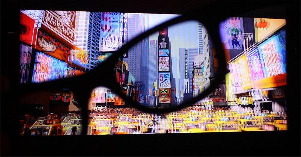 Visão da tela de cinema sem e com o uso dos óculos.