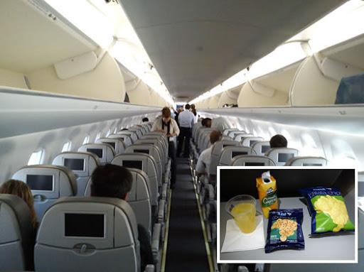 Interior de aeronave Embraer da Azul com snacks e sucos oferecidos no serviço de bordo. Fonte: Melhores destinos.