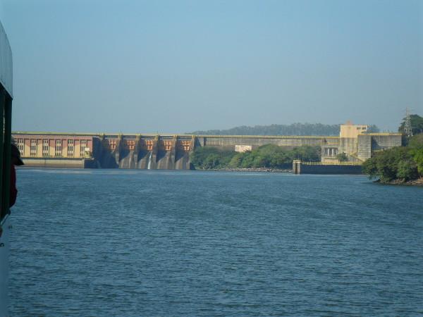 Rio Tietê e Barragem com eclusa, na divisa de Barra Bonita e Igaraçu do Tietê.