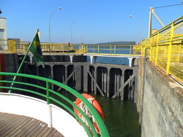 Vista da barragem e da represa a partir do barco, dentro da eclusa.
