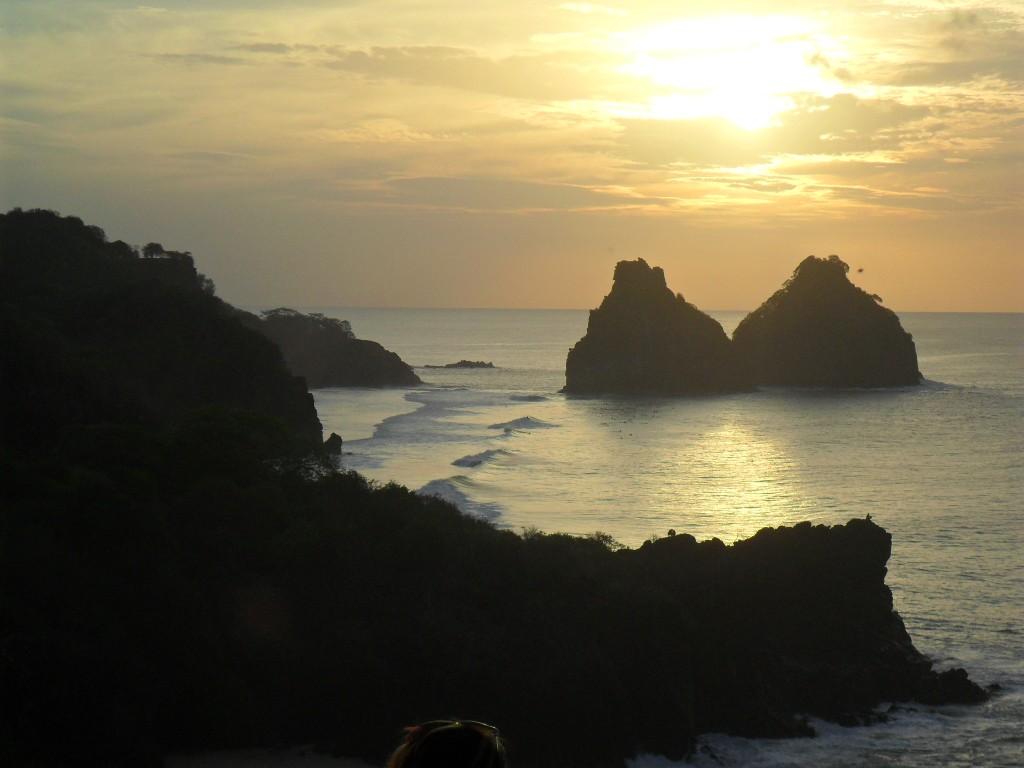 Pôr do sol em Fernando de Noronha: Morro Dois Irmãos visto a partir do Forte São Pedro do Boldró. Foto: ViniRoger.