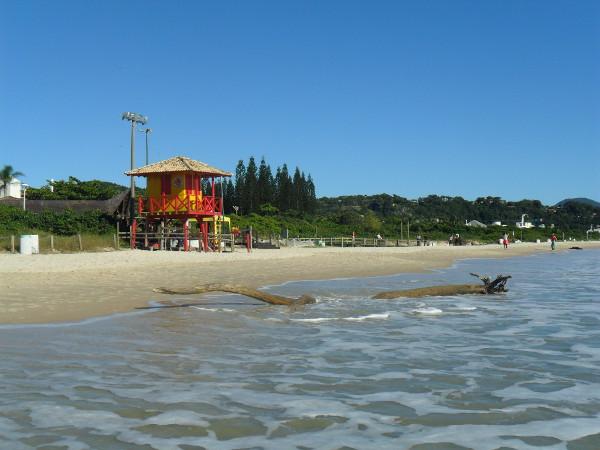 Praia do Jurerê Internacional (durante o inverno, praticamente deserta mesmo no sábado). Foto: ViniRoger.