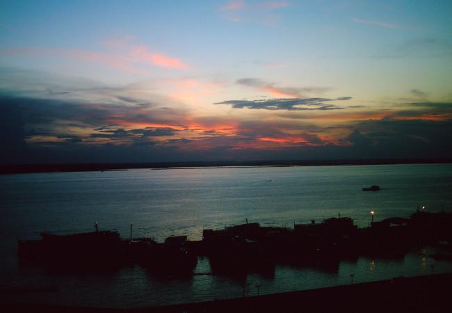 Rio Negro e porto de Manaus ao entardecer