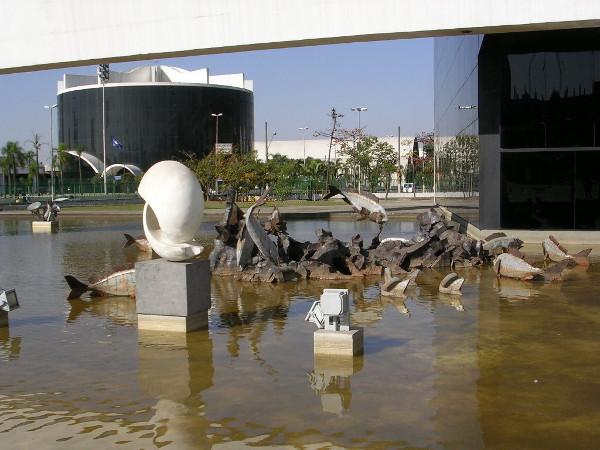 Memorial da América Latina: esculturas e Parlatino (ao fundo). Foto: Viniroger.