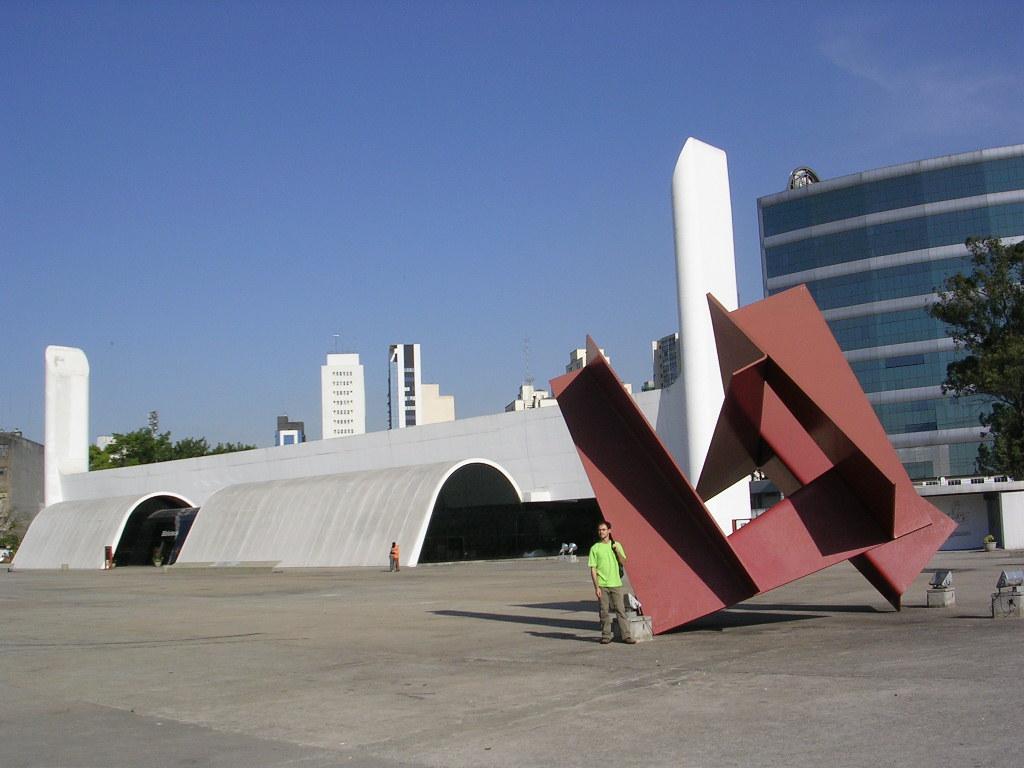 Memorial da América Latina: biblioteca e escultura de rosa. Foto: Viniroger.