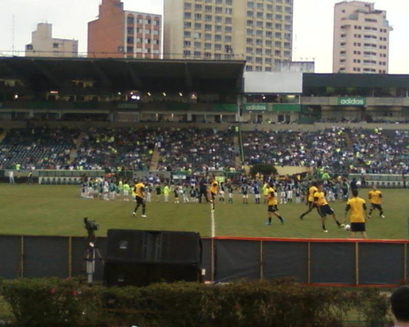 Visão central do campo com jogadores se preparando para o último jogo do Estádio Palestra Itália: Palmeiras x Boca Juniors.