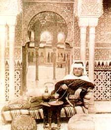 Foto de Malba Tahan vestido no estilo árabe.