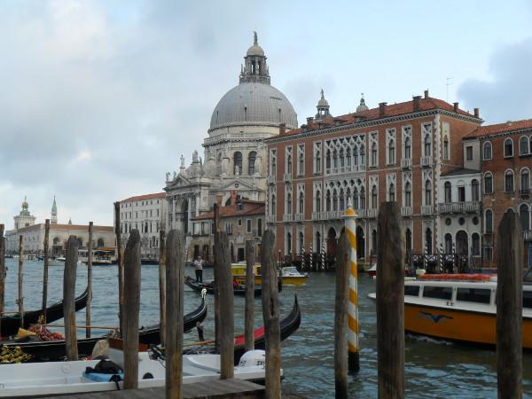 Grande Canal de Veneza (gôndolas e barco da Alilaguna à direita). Foto: ViniRoger