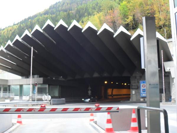 Entrada do túnel sob o Mont Blanc (ainda na França, acesso para Itália). Foto: ViniRoger.