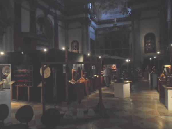 Interior da Igreja de San Barnaba e exposição sobre as invenções de Leonardo da Vinci. Foto: ViniRoger.