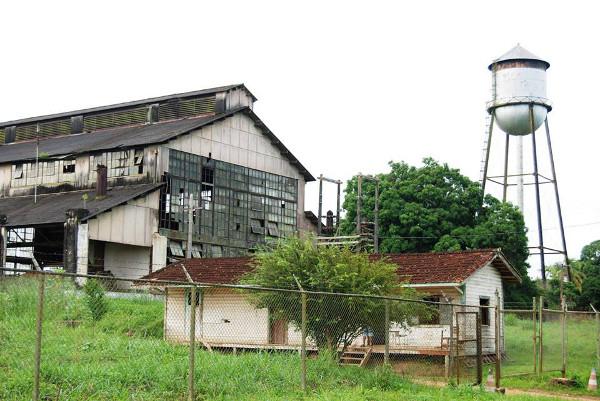 Fábrica da Ford abandonada e caixa d'água em Fordlândia (Pará).