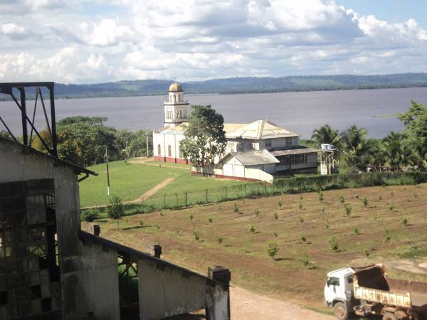 Igreja e rio Tapajós visto de galpão da Ford (Fordlândia, Pará).