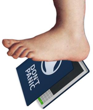 """Ilustração do Guia do Mochileiro das Galáxias sendo esmagado por um pé gigante (que sempre aparece no seriado """"Monty Python"""") - parte de trás do guia tem em letras garrafais escrito """"NÃO ENTRE EM PÂNICO"""" para ajudar os leitores em momentos difíceis."""