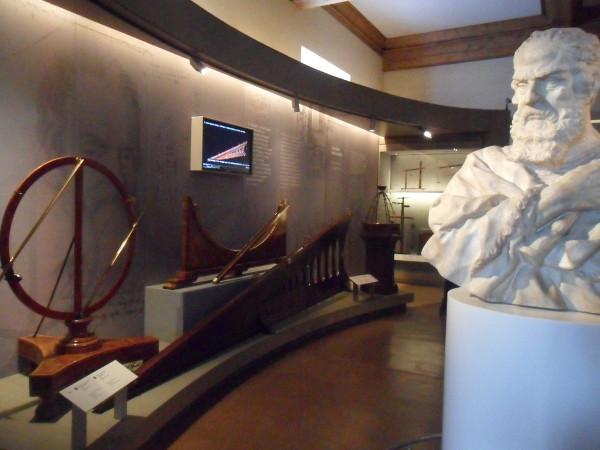 Experimentos de queda em plano inclinado e busto de Galileu. Foto: ViniRoger.