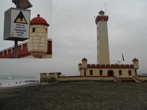 Faro Monumental (La Serena), já sofrendo os efeitos da maré - em frente existe um alerta que soa para ameaça de Tsunami (em destaques). Fotos: ViniRoger.