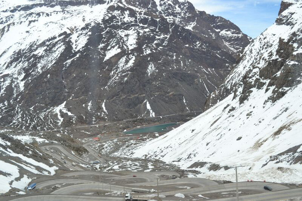 Estrada na Cordilheira dos Andes (de Santiago para Mendoza, Argentina). Foto: Vitor Carvalho Pinto.