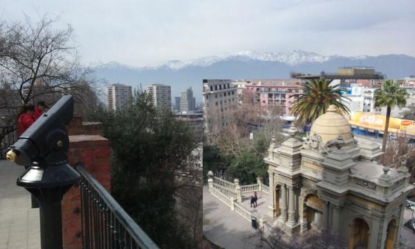 Vista de Santiago a partir do Cerro Santa Lucia, no detalhe (ao fundo, Cordilheira dos Andes). Foto: Vitor Carvalho Pinto.