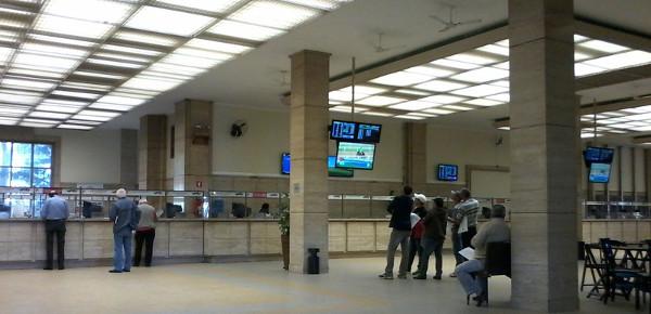 Balcões onde são realizadas as apostas - um cartão é carregado em dinheiro e levado a alguma das máquinas, que parecem grandes máquinas de lavar, nas laterais do salão para efetuar as apostas. Foto: ViniRoger