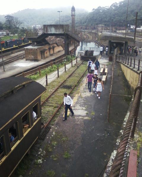 Paranapiacaba e o trem utilizado somente no pátio de manobras. (torre do relógio ao fundo) Foto: ViniRoger.