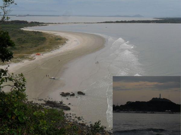Ilha do Mel vista do Farol das Conchas (abaixo, ao pôr do sol, visto do barco). Fotos: ViniRoger.