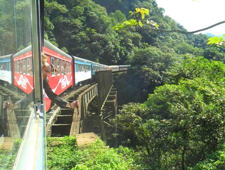 Trem indo de Curitiba a Paranaguá, passando sobre o viaduto São João. Foto: ViniRoger.