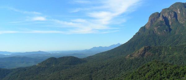 Vista da baixada paranaense e do conjunto do Marumbi a partir dos trilhos da ferrovia na Serra do Mar. Foto: ViniRoger.