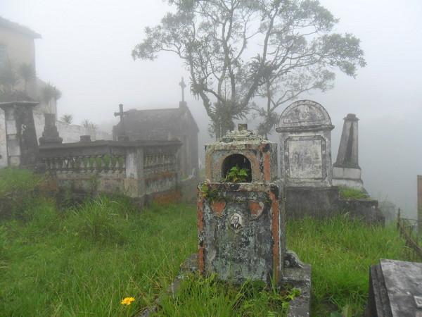 Cemitério de Paranapiacaba - entrada, com os túmulos mais antigos. Foto: ViniRoger.