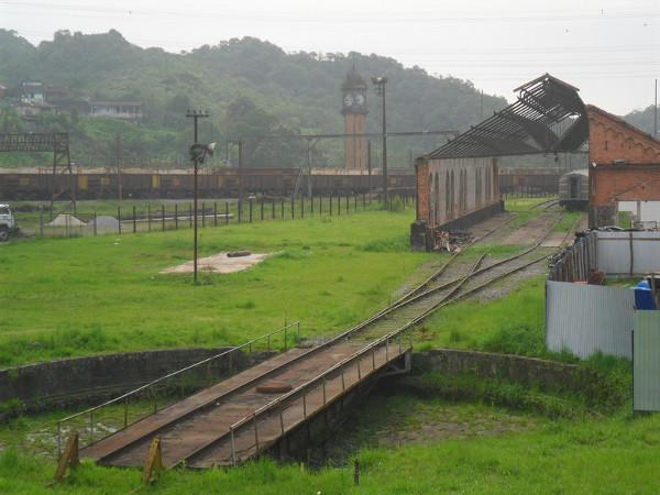 Pátio de manobras dos trens e torre do relógio - em primeiro plano, uma rotunda, responsável por fazer o giro do trem. Foto: ViniRoger.