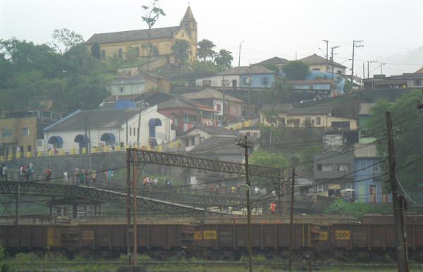 Parte alta da Vila de Paranapiacaba e passarela, vistas da parte baixa. Foto: ViniRoger.