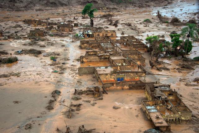 Distrito de Bento Rodrigues, Mariana (MG) após ser coberta por lama vinda do rompimento de duas barragens. Fonte: AFP.