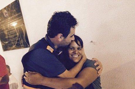 Prefeito de Mariana publicou uma foto com Paula agradecendo à moradora pela coragem durante o rompimento das barragens. Fonte: Facebook/Reprodução
