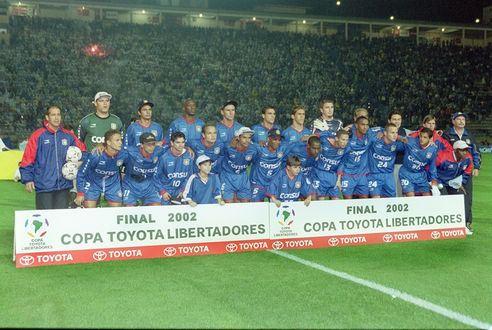 FUTEBOL - HISTÓRIA DO SÃO CAETANO - ESPORTES - ACERVO - Os jogadores do São caetano em pé(da esquerda para a direita): o goleiro Sívio Luiz, Dininho, SerginhoO o sexto da esquerda para a direita) - Agachados: Russo, Adãozinho, Anaílson, Robert, Rubens Cardoso, Marcos Senna, Aílton, Marlon, Wágner(D) e seus companheiros de equipe, antes da partida contra o Olímpia, válida pela final da Taça Libertadores da América de 2002 - Estádio Paulo Machado de Carvalho (Pacaembu) - São Paulo - SP - Brasil - 31/07/2002 - Foto: Acervo/Gazeta Press