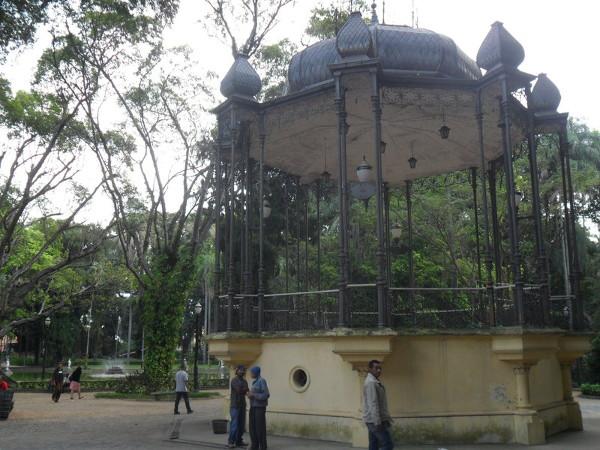Jardim da Luz: coreto e fonte ao fundo. Foto: ViniRoger.